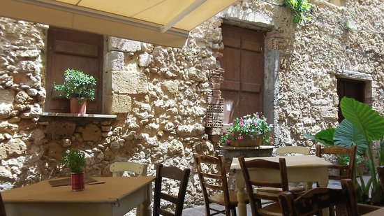 Tavolini esterni bild fr n enetikon restaurant chania for Tavolini esterni