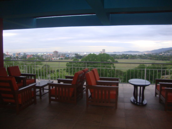 Hilton Trinidad and Conference Centre: Outside Lobby, near open air area