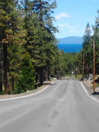 Tahoe Seasons Resort: The drive down from the hotel.