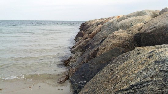 Red Jacket Beach Resort & Spa: Rock area by the beach
