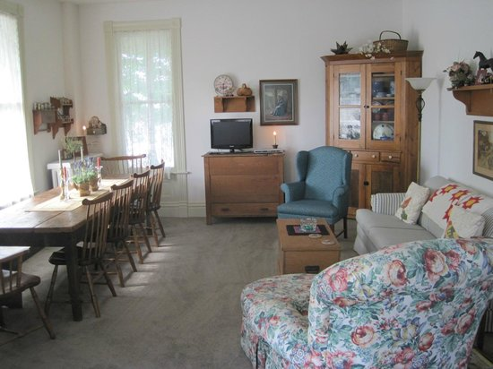 Lydia Johnson Inn: Living Room Area
