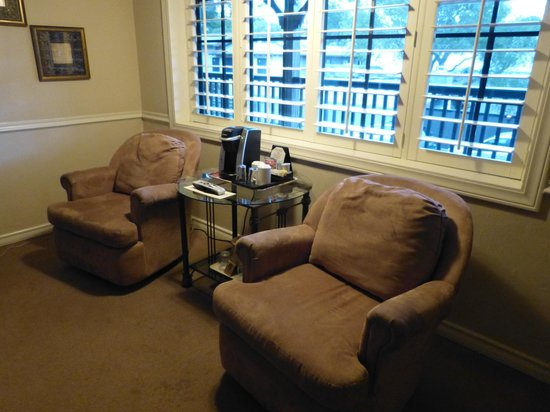 Coachman's Inn, A Four Sisters Inn: Loved these comfy chairs