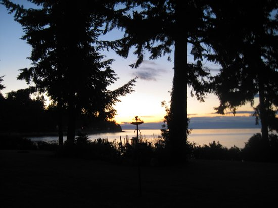 Belle Vue Bed and Breakfast : Sunset over the Inside Passage and the Belle Vue gardens