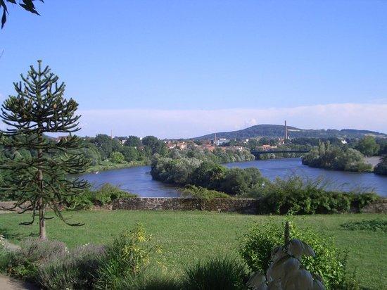 Schloss Johannisburg mit Schlossanlagen: Blick von Schloß Johannisburg zum Main