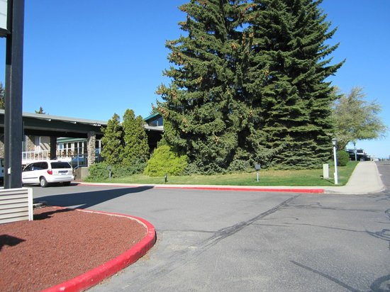 Ramada at Spokane Airport: Entry across from airport