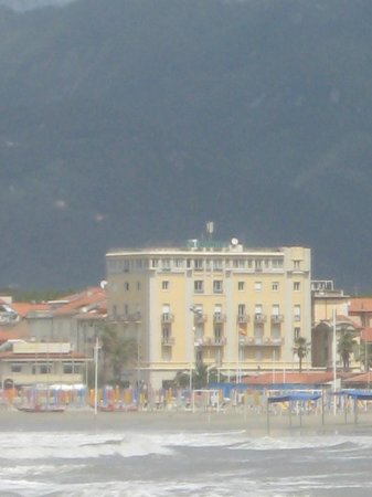 Hotel President: Hotel from the harbour wall