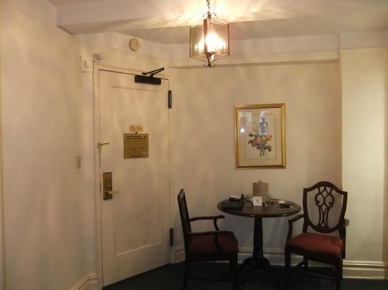Salisbury Hotel: Dining area next to kitchenette