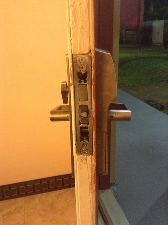 Days Inn Fort Walton Beach: Busted door