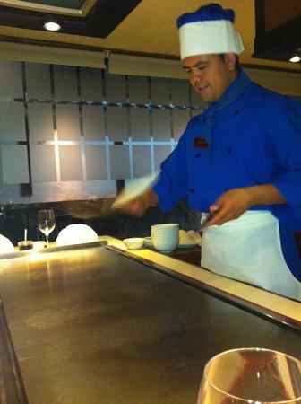 Suehiro: Show de cuchillos mientra calienta la plancha