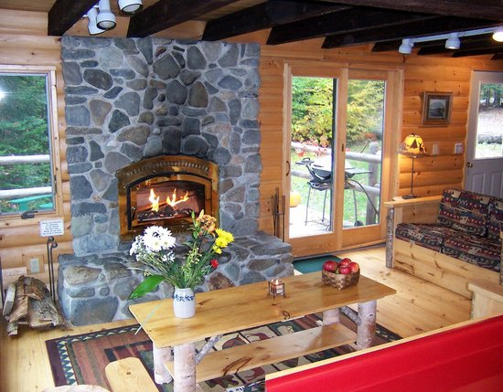Moosehead Hills Cabins: Fieldstone fireplace at Sunrise Lodge