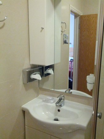 Best Western Chiswick Palace & Suites: bathroom - water was out of the sink when used with high pressure