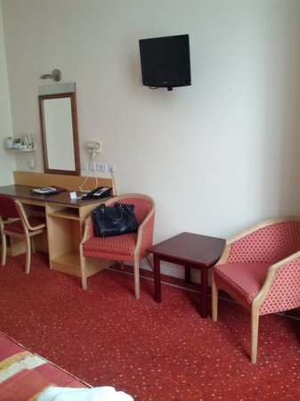Best Western Chiswick Palace & Suites : desk and tv