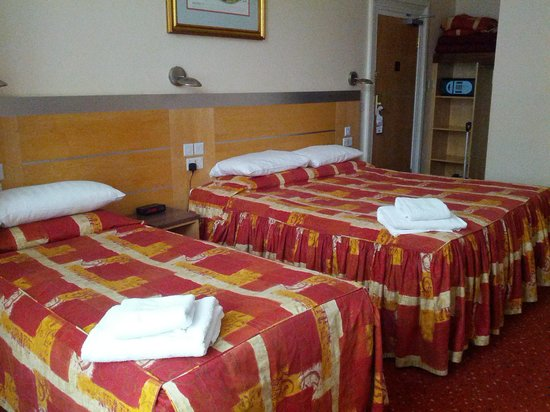 Best Western Chiswick Palace & Suites: 1 dbl bed and 1sgl for one person! old and outdated furniture