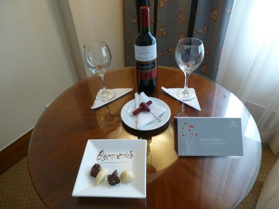 Hilton Colon Guayaquil: Wine with snacks waiting for us...