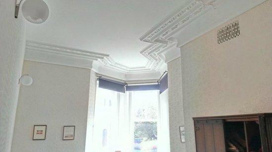 The Old Crown Inn: L'intérieur de la chambre avec les moulures au plafond.