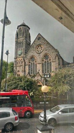 The Old Crown Inn: Une autre église que l'on aperçoit de la fenêtre de la Ch. 101.