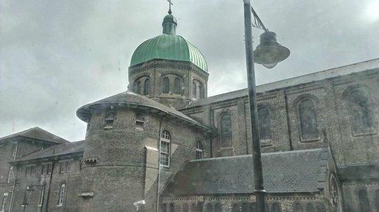 The Old Crown Inn: Une église qui est en face du B&B
