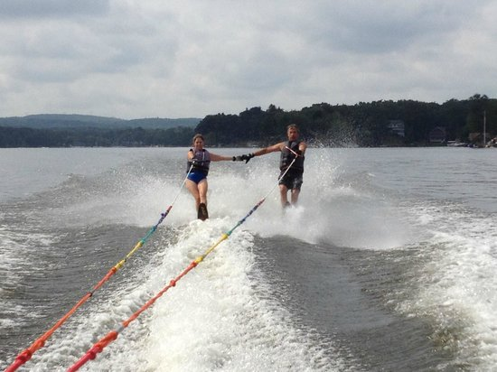 Sundowner Motel: waterskiing on lake george