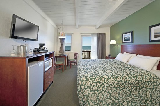 Cayucos Shoreline Inn...on the beach: Upstairs beachfront room with panoramic ocean view