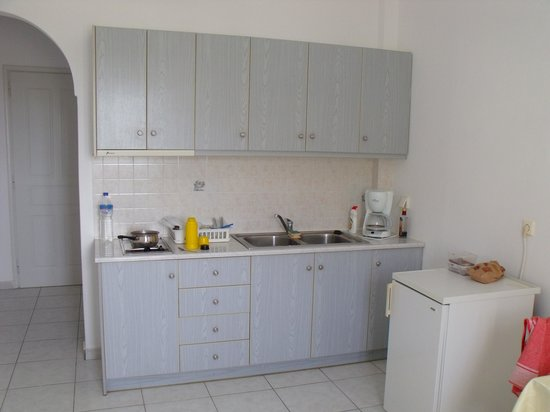 Golden Sun Studios and Apartments: kitchen