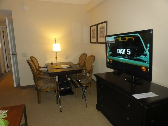 Embassy Suites by Hilton La Quinta Hotel & Spa: Suite dining and TV