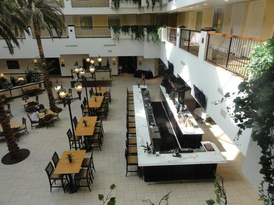 Embassy Suites by Hilton La Quinta Hotel & Spa: Breakfast, restaurant,evening area