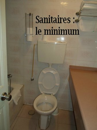 The Home Apartments: Salle de bain minimale