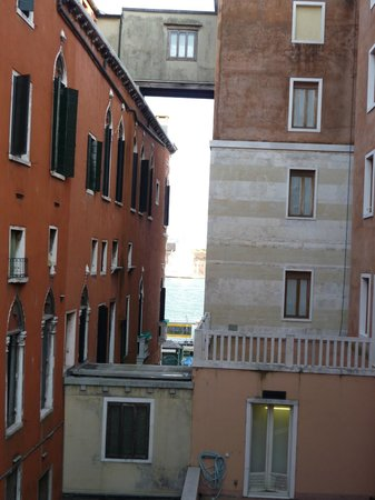 Hotel Commercio & Pellegrino: View from room down to Grand Canal