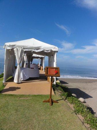 Velas Vallarta Suite Resort: Beach side masages