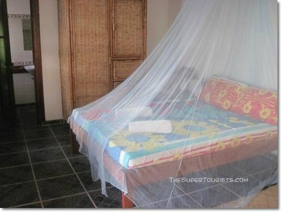Coral Bay Resort: Queen bed with mosquito net