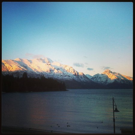 Eichardt's Private Hotel: Cecil & Walter Peak Sunrise.  View from Dining room