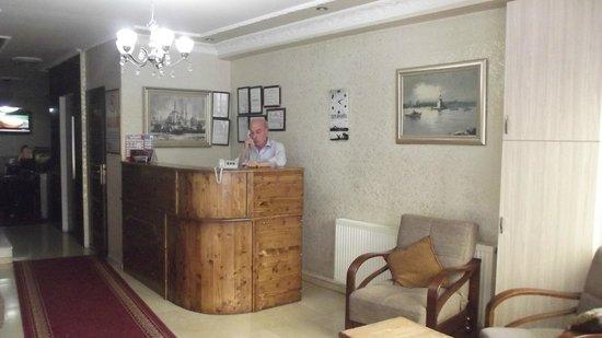 Galata Istanbul Hotel: Lobby mit dem Herrn Osman