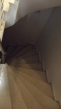 Galata Istanbul Hotel: Stiegen; 7 Stöcke Aufzug fährt bis zum 6.Stock