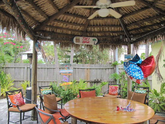 Island Paradise Cottages of Madeira Beach: Tiki Bar