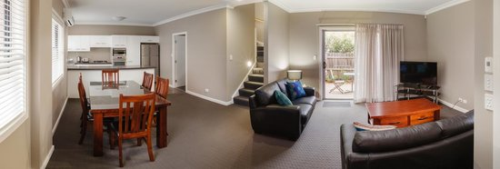Everton Apartments: Living room with patio and outside seating area.
