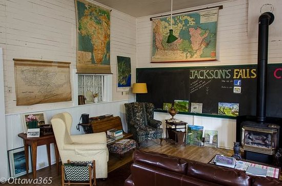 Jackson's Falls Country Inn: Old School House Sitting Area