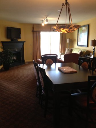 The Colonies at Williamsburg Resort: Spacious living area with fireplace