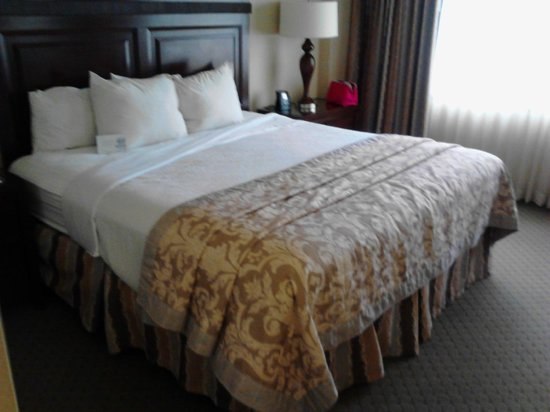 Embassy Suites by Hilton Portland Washington Square: Bed
