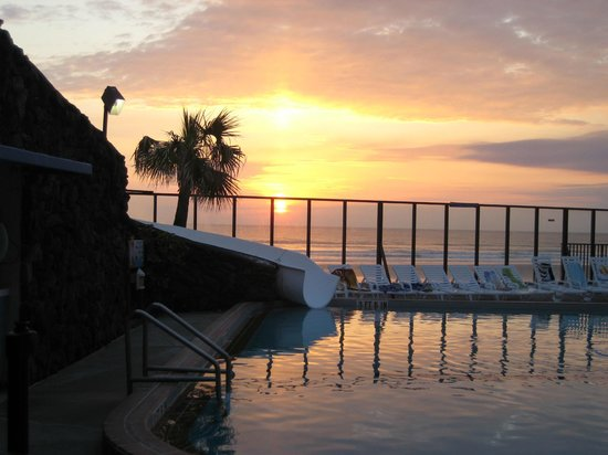 Sun Viking Lodge: outdoor pool (with slide) at sunrise