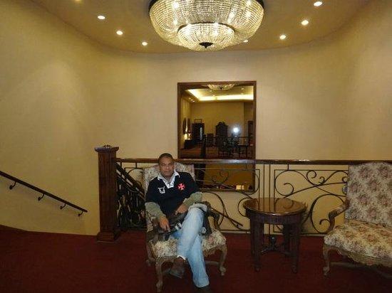 Crowne Plaza Hotel Santiago: Eu no corredor do restaurante