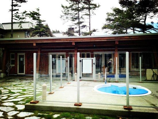 Cox Bay Beach Resort: Hot tub