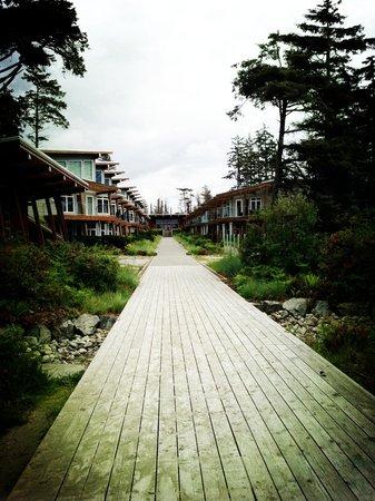 Cox Bay Beach Resort: Walking back to hotel from beach
