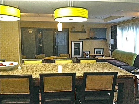 Hampton Inn Tampa / Brandon: Breakfast and seating area