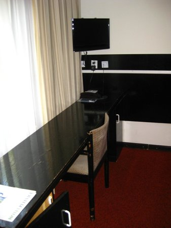 Bellevue Hotel: Bedroom - work desk, wired internet and TV