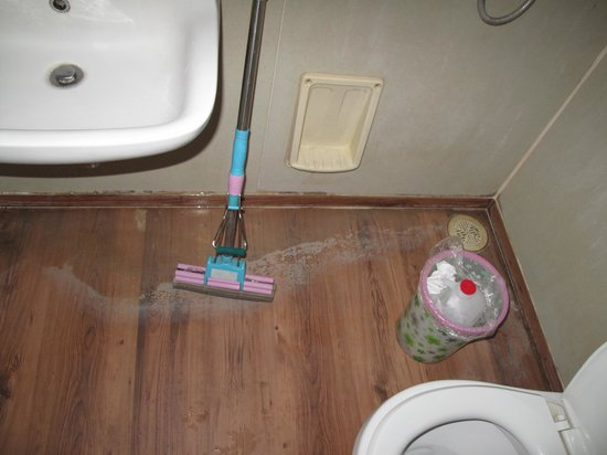 Shishang Hotel Beijing Chongwenmen : The bathroom was poorly constructed so the water wouldn't drain properly
