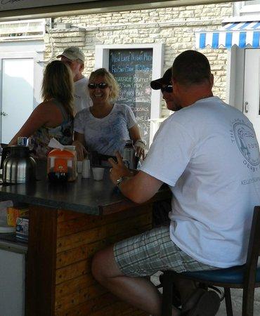Dockers Restaurant: Always happy customers.