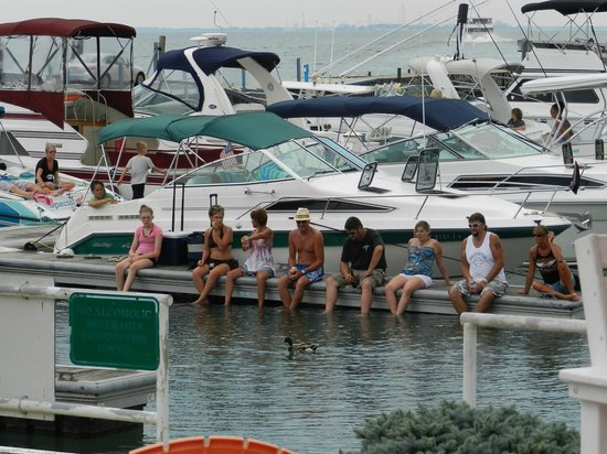 Dockers Restaurant: Boaters enjoying the water and the afternoon entertainment.