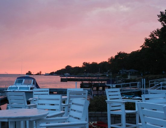 Dockers Restaurant: Come see the beautiful sunsets and enjoy a cold beverage.