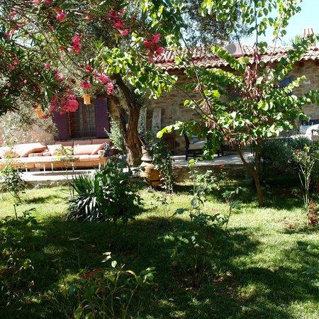 StoneHouse ByIpek FarmHouse: Garden by the deck
