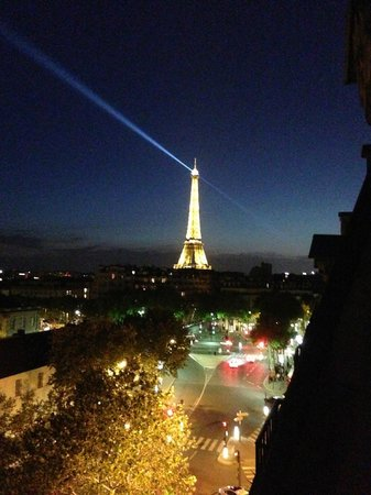 Derby Eiffel Hotel: Nighttime view